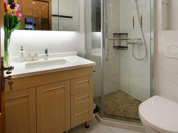 интерьер маленькой ванной с душем и туалетом