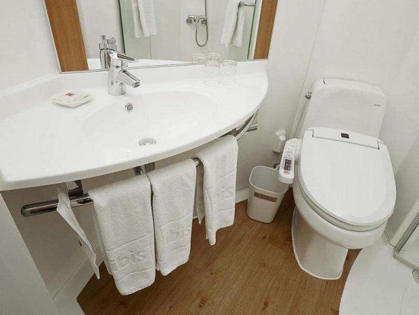 дизайн маленькой ванной совмещённой с унитазом