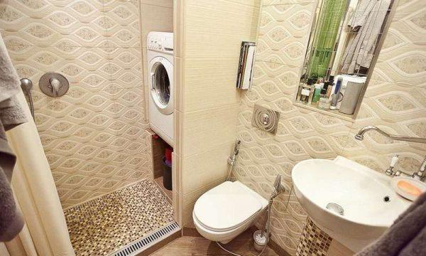 интерьер маленькой ванной комнаты с туалетом и стиральной машиной