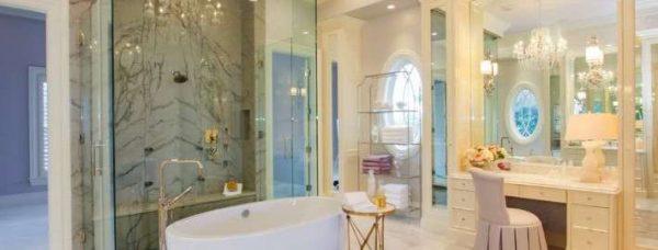 Туалетный столик с зеркалом в ванной комнате