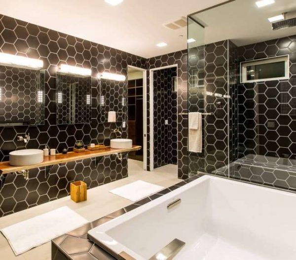 интерьер ванной комнаты с шестиугольной плиткой