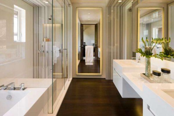 интерьер ванной комнаты с унитазом