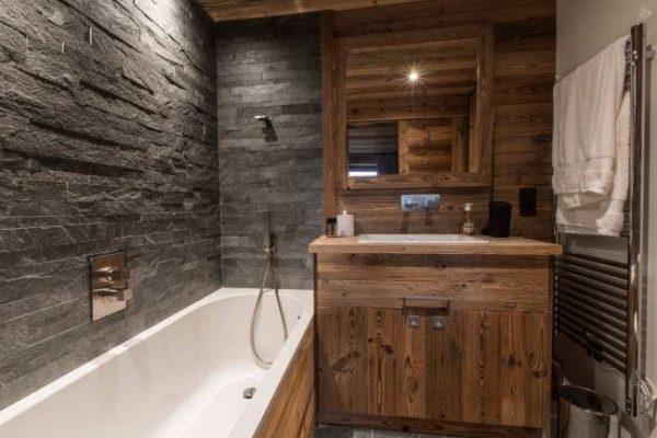 натуральный камень на стенах ванной
