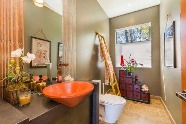 интерьер ванной комнаты с оранжевой раковиной