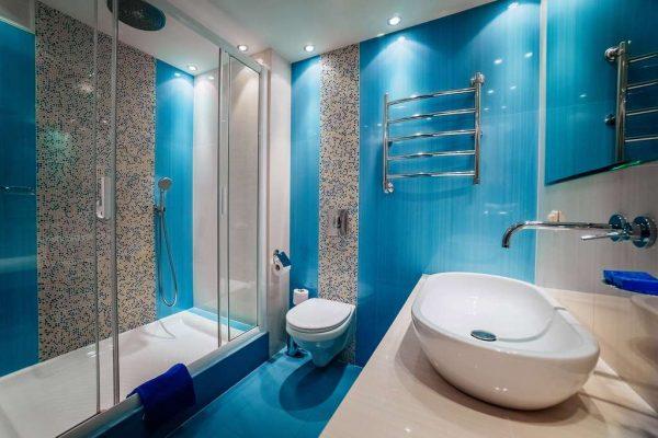 интерьер голубой ванной с туалетом