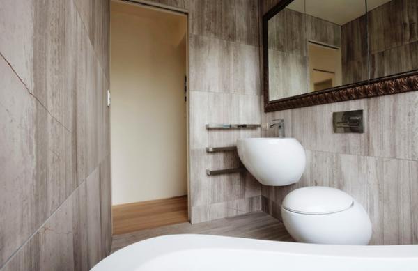 стиль гранж в интерьере ванной комнаты с туалетом