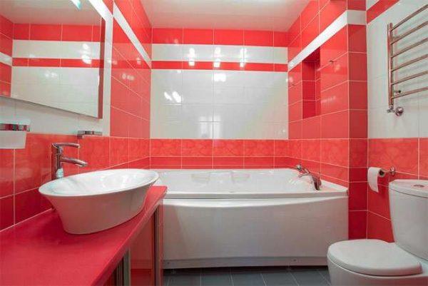 интерьер ванной с туалетом и плиткой