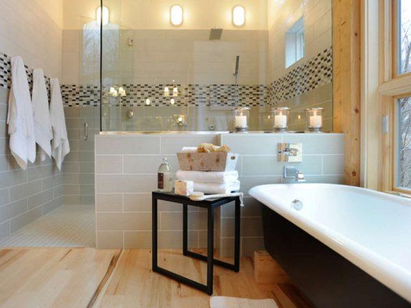 интерьер ванной комнаты с декором