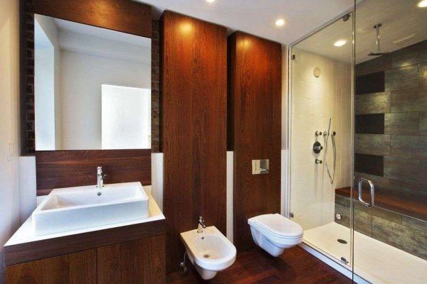 деревянные панели в интерьере ванной с туалетом