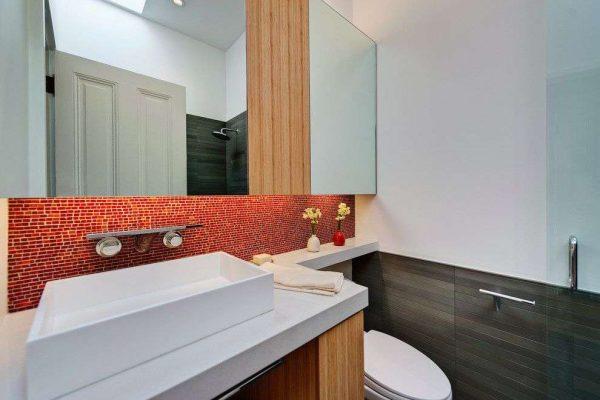 красный фартук в ванной с уталетом