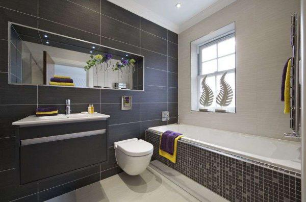 интерьер ванной с туалетом с мозаикой и плиткой