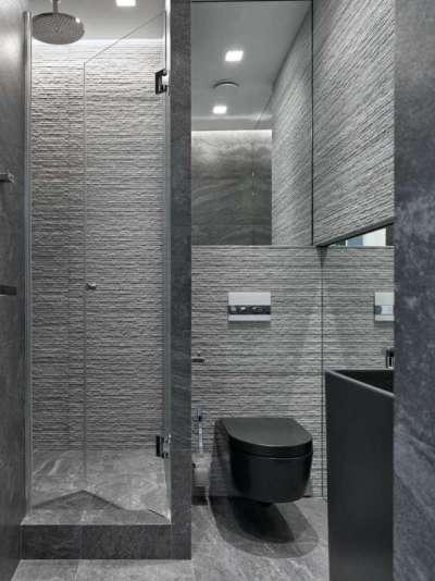 интерьер небольшой ванной комнаты с туалетом