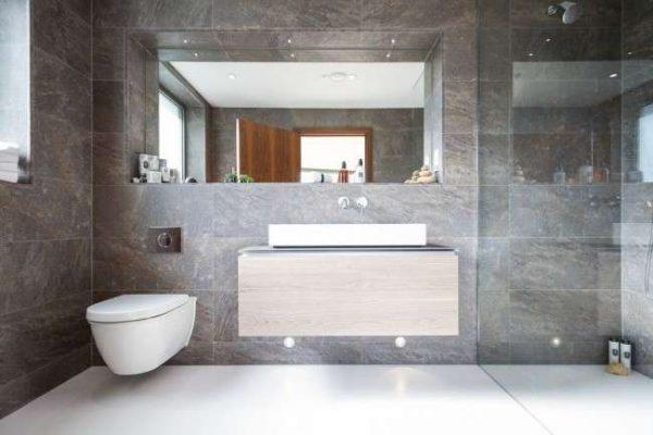 интерьер ванной комнаты с туалетом с плиткой из камня