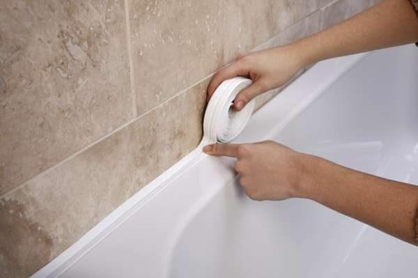 заделка щели в ванной бордюрной лентой