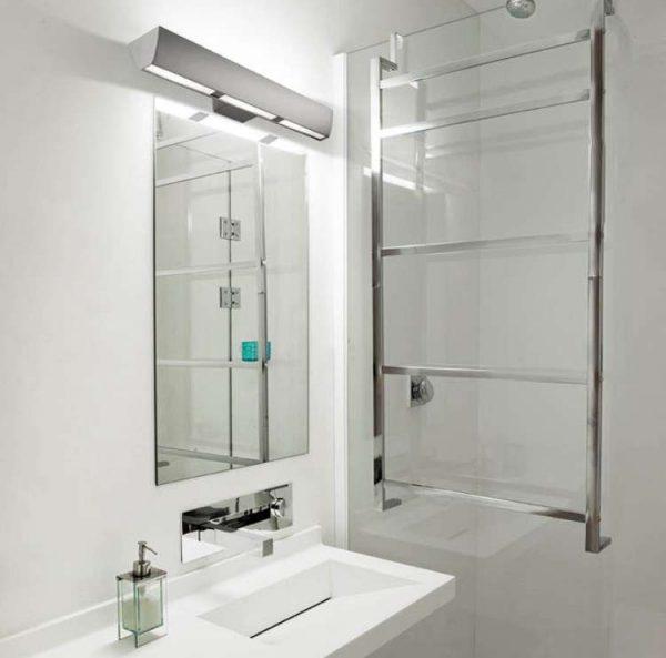 люминесцентные лампы в ванной комнате с зеркалом