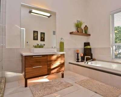 Галогенные лампы в ванной на зеркале