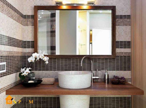 интерьер ванной с зеркалом над раковиной