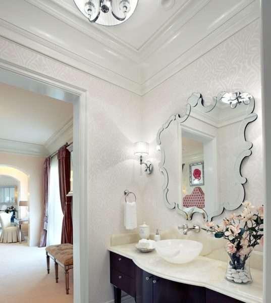 роскошное зеркало в интерьере ванной комнаты