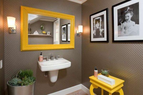 зеркало в жёлтой рамке в интерьере ванной комнаты