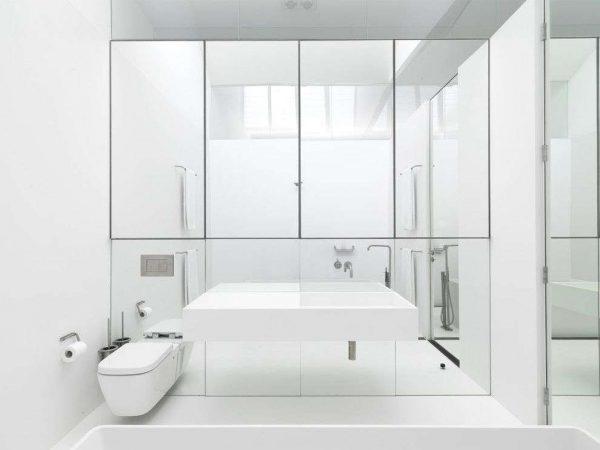 дизайн ванной с зеркалом на шкафах