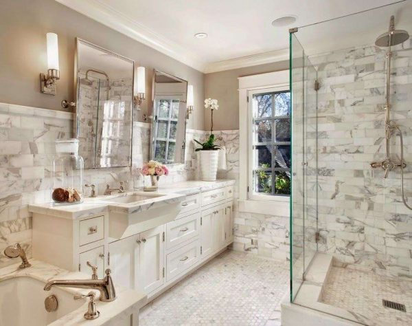 зеркало с бра в интерьере ванной
