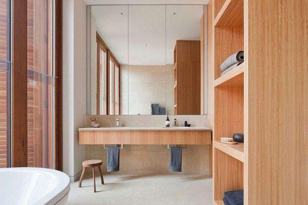дизайн ванной с большим зеркалом