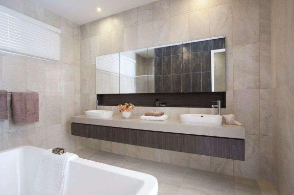 прямоугольное зеркало в интерьере ванной комнаты