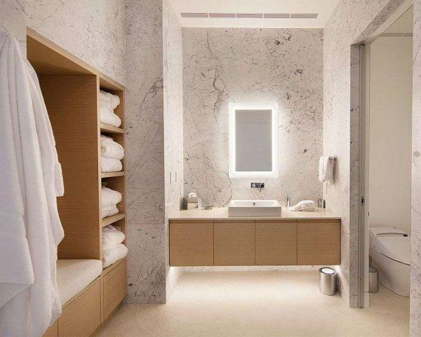 зеркало с подсветкой в интерьере ванной комнаты