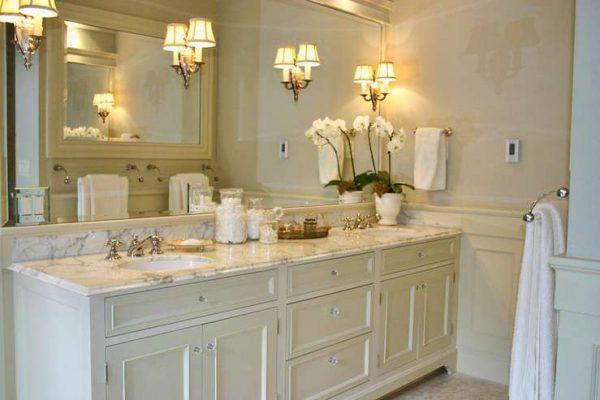зеркало в интерьере ванной классика