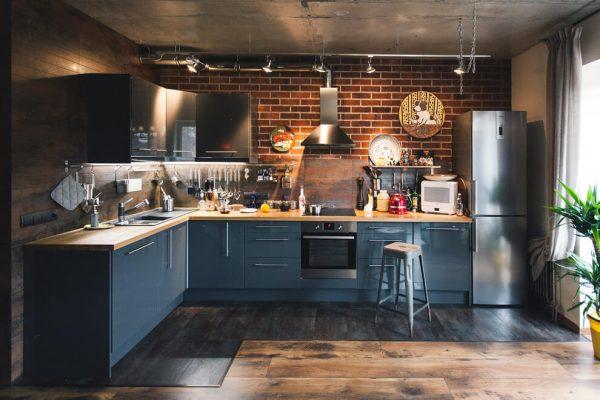 кухня лофт в доме с кирпичной кладке