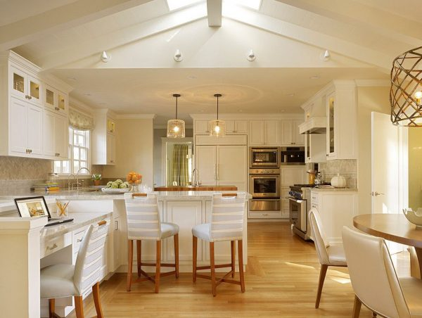 светлая кухня в доме под крышей