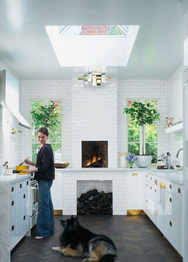 кухня в частном доме с окном