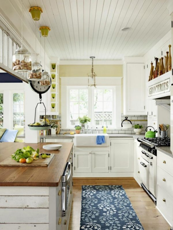 кухня в стиле кантри с вагонкой на потолке