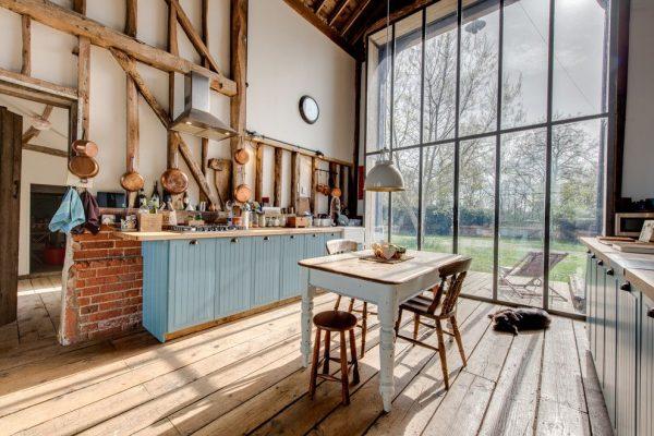 панорамные окна в доме кухни в деревенском стиле