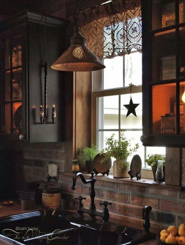 деревенский стиль мебели вокруг окна на кухне