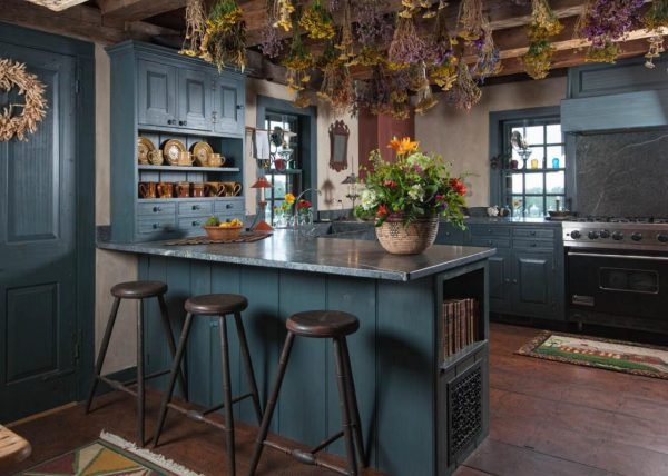синяя мебель на кухне кантри