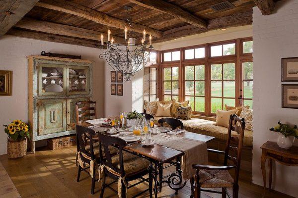 люстра кованная со свечами на кухне в деревенском стиле