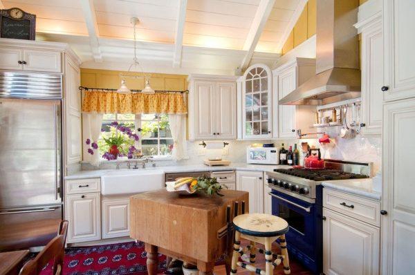яркие цвета на кухне кантри