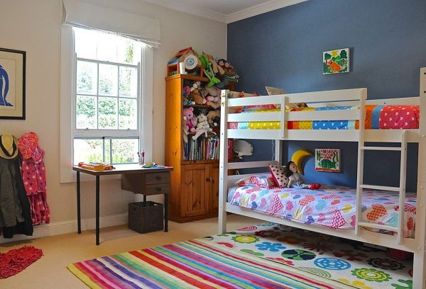 двухъярусная кровать в детской для двоих детей