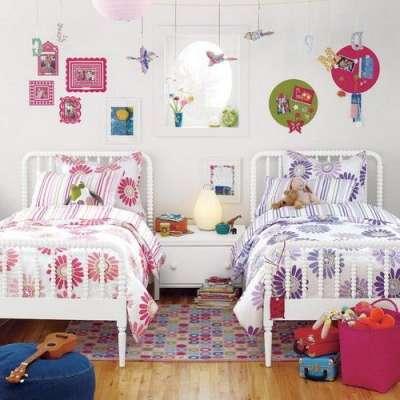 детская комната с рисунками на стенах