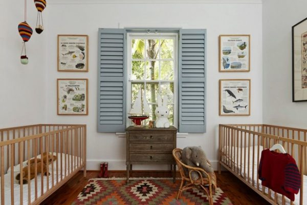 детская с окном и жалюзи деревянными