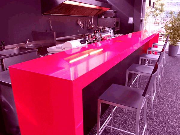 розовая барная стойка из пластика