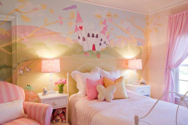 детская комната девочки с росписью на стене