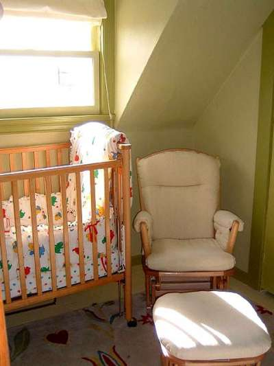 детская комната новорождённого в мансарде