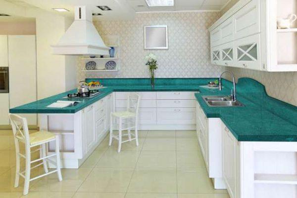 бирюзовая столешница на белой кухне