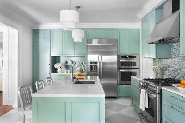 серый пол и бирюзовая кухня