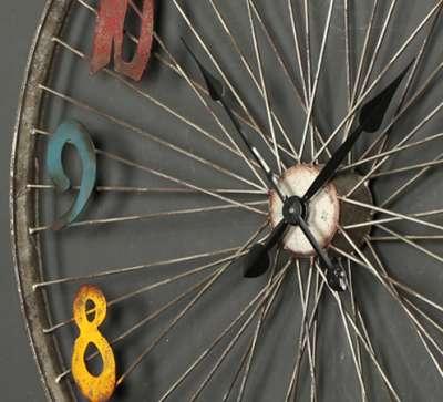 старое колесо часы в лофт стиле