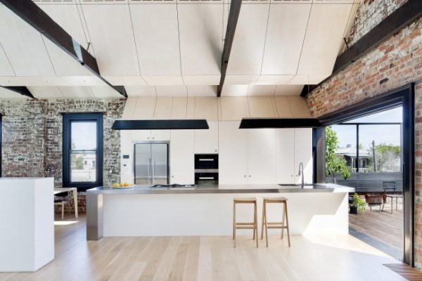 кирпичная кладка и белый потолок лофт на кухне
