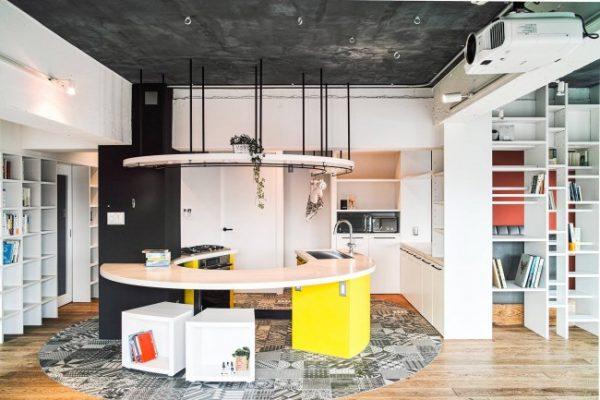 жёлтый на кухне лофт с бетонным потолком