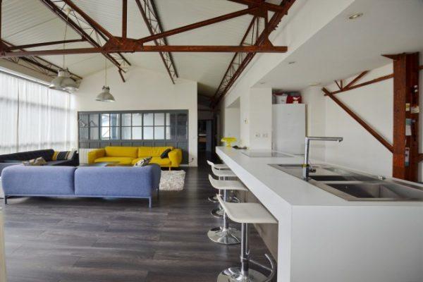 ржавые конструкции с белыми стенами на кухне лофт